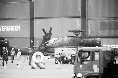 阿帕奇攻击直升机运抵高雄。(图片来源:台媒)