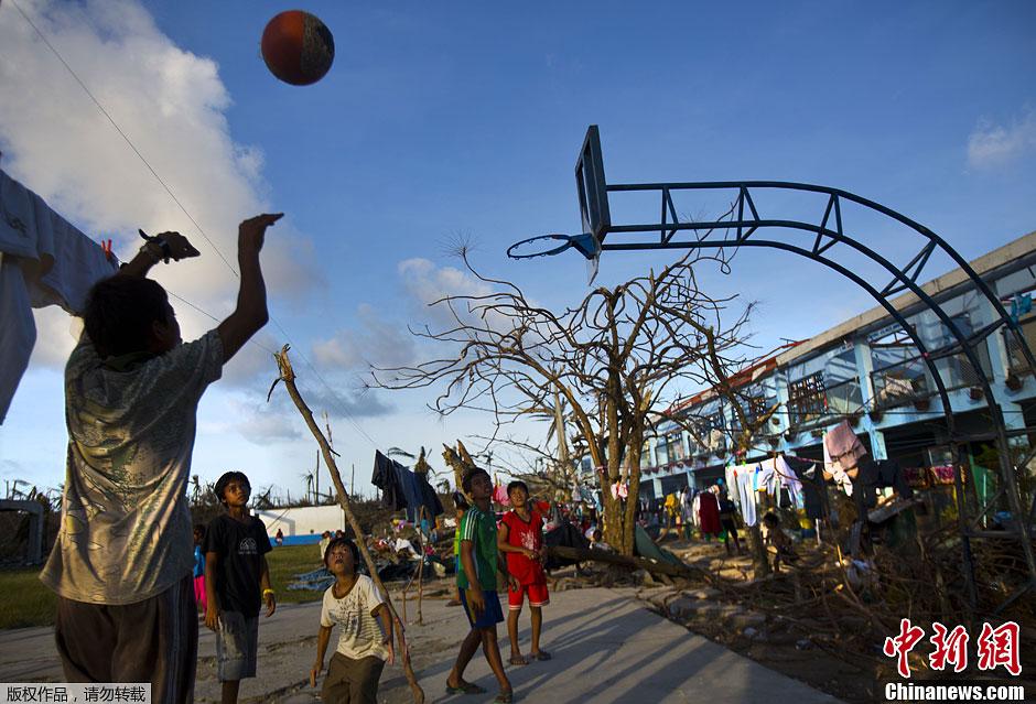 图片故事:苦中作乐的菲律宾灾民[组图]