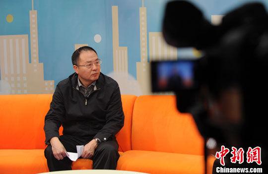 """中国社会科学院人口与劳动经济研究所副所长张车伟19日作客中新网《新闻大家谈》,围绕""""单独二胎""""政策如何落地,以及如何与之前生育政策稳妥衔接等问题,与网友在线交流。"""