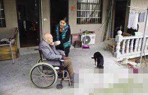 安吉康寿托老所,徐阿姨的女儿喂老人喝水。 记者 胡聪 摄