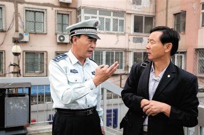 """9月28日,李文华在木樨园过街天桥为人指路,因为年龄大,小贩和队员都叫他""""大爷""""。"""