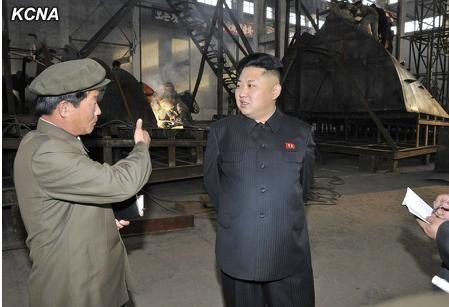 朝鲜最高领导人金正恩视察朱成浩工作的造船厂。