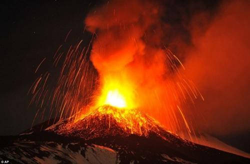 意大利埃特纳火山近日再度喷发,火光如烟花般点亮夜空。