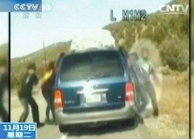 2费雷尔与警察争执,费雷尔儿子下车试图保护妈妈。