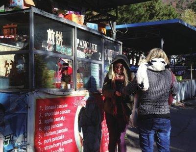 北京景区煎饼售价中外有别:国人15元 老外65元