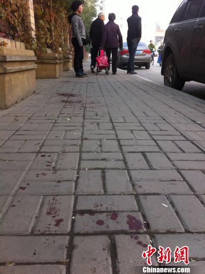 与事发地隔着一条迎泽大街和多栋建筑物的桃园路西一巷的人行道上,目击者称有一名老年人被爆炸飞溅的物品击中。 胡健 摄