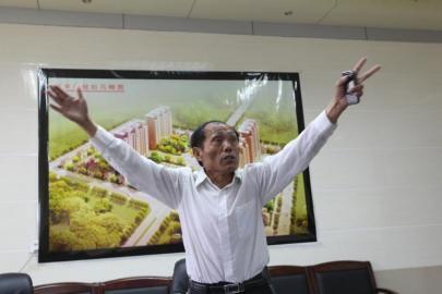 """谈起""""西辛庄市""""的愿景,李连成手舞足蹈。"""