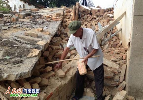老人怎么也难以接受自家房子被强拆的现实src=