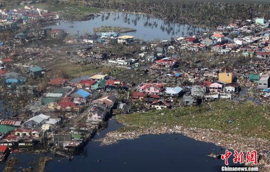 """11月10日,菲律宾遭超强台风""""海燕""""袭击重灾区莱特省空中俯拍画面。菲律宾总统阿基诺当天前往重灾区视察灾情,这张照片是由菲总统府摄影师从空中拍摄。菲律宾官方最新灾情统计显示,截至10日晚19时,台风""""海燕""""在菲律宾已造成229人死亡,45人受伤,28人失踪。中新社发 Malacanang 摄"""