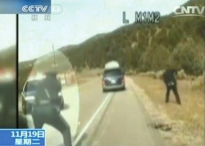 4费雷尔驾车逃走,警察连开数枪。央视截图