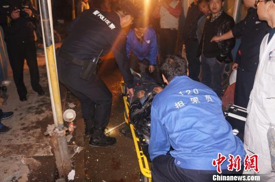 图为警方救援现场。 滨江公安分局 摄