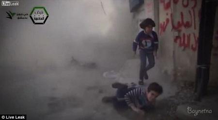 爆炸将孩子震倒在地