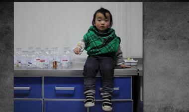 河南女孩陈逸卓,2012年曾因注射流感疫苗和百白破加强疫苗险些丧命。