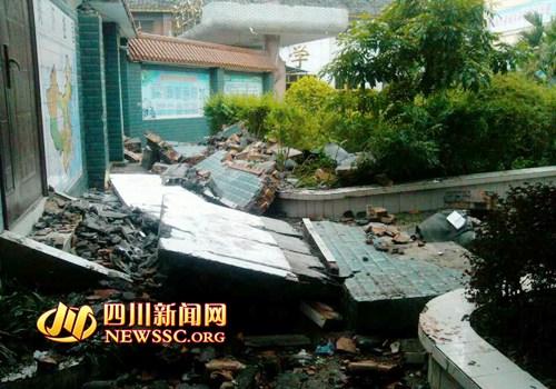 四川泸州一小学外围墙垮塌已致学生3死6伤(图)