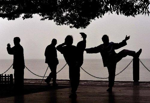11月4日,几位市民在西湖岸边健身锻炼。 新华社记者王颂摄