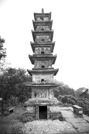 二灵塔背面,被人挖了一个大大的洞。