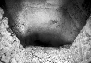 洞深约2.5米、直径1米左右,洞里藏着电锤、发电机、电线等。