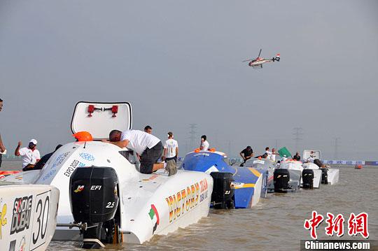 11月8日,2013世界X-CAT摩托艇锦标赛在浙江宁波梅山湾正式开赛,来自世界各地的体育明星组成13个代表队参加,比赛将持续至10日。图为比赛现场。中新社发 徐小勇 摄