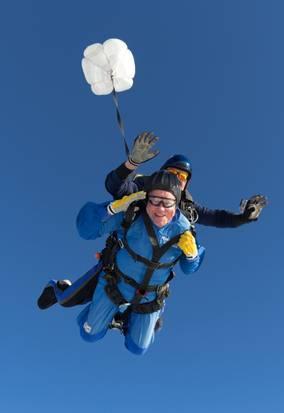 美国寿星跳伞庆百岁生日从3900米高空跃下(图)