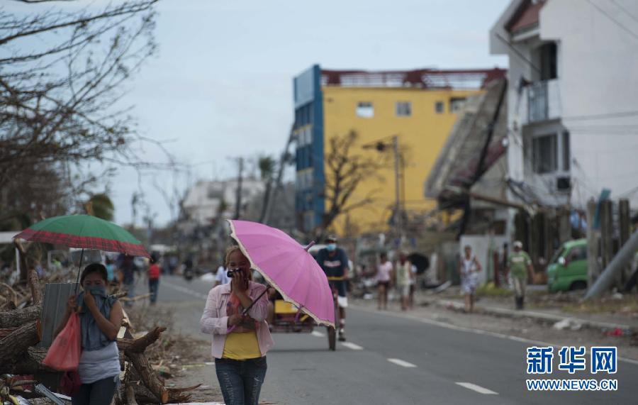 (国际)(3)菲律宾台风重灾区塔克洛班市民渴望救助