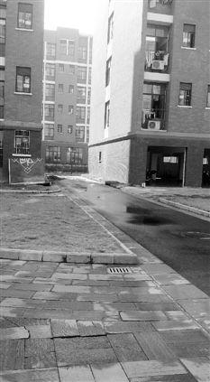 小何坠楼的位置在两栋公寓之间的过道上,记者赶到时现场已经清理干净,只留下一大片水渍。