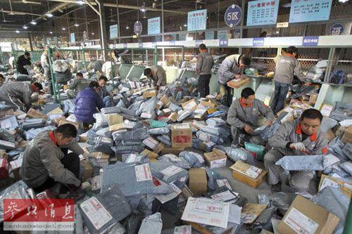 双十一购物节为韩国服装品牌带来可观销量。图为中国一快递企业加班加点处理包裹。