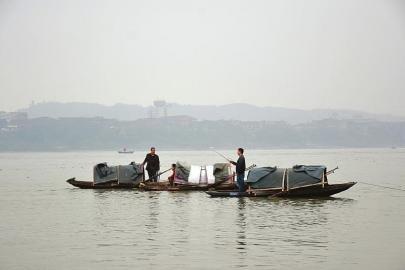 """渔船上钓鱼的渔民,他们可能还有另一身份,就是""""水鬼""""。"""