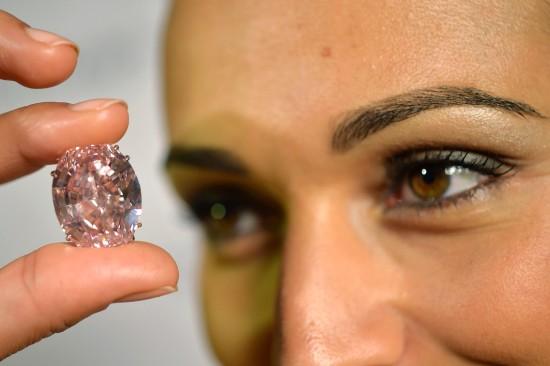 稀世粉钻拍出8300万美元高价重59.6克拉(图)