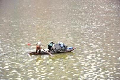 沱江边的打渔者。