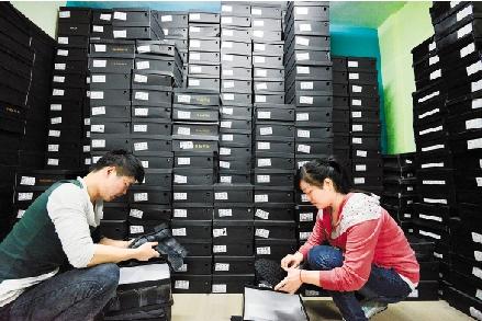 """义乌江东中路的书豪电子商务公司仓库内,工作人员为""""双11""""准备了200多款秋冬季鞋类,备足货源。"""