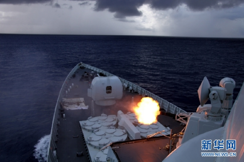 兰州舰前部副炮对海射击。陶宏祥摄(组图)