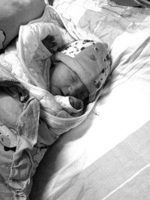 新生婴儿被丢弃在垃圾箱 市民倒垃圾时才被发现
