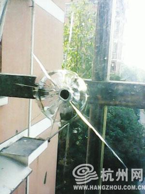 东新园东荷星苑李小姐家玻璃上的弹孔 照片由李小姐提供