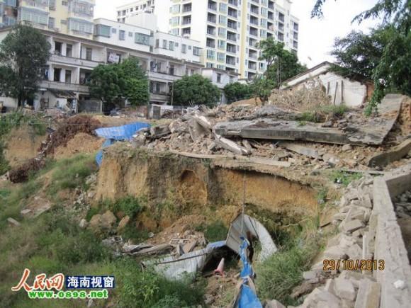 """因为面临深坑,陈家的房子曾被当地人称为""""悬空寺"""""""