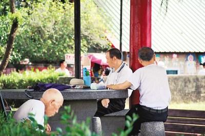 坐在眷村村口的老荣民。