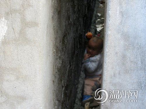 温州瓯北一岁半熊孩子钻墙缝被困