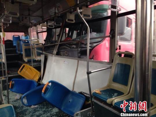 浙江一辆货车撞上载50名学生校车致多名学生骨折。图为事故现场