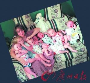 1998年,母亲博比 麦考伊忙着照顾七个小家伙。