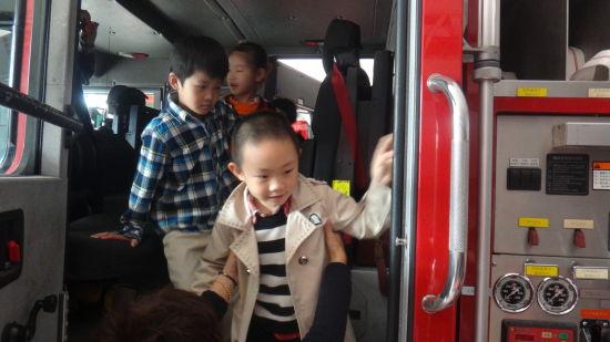 小朋友们参观消防中队
