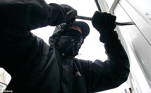 笨贼进屋时脑袋卡在窗户里请户主报警求救(图)