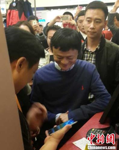 11月16日,马云现身杭州银泰武林店购物体验,并使用支付宝当面付成功购买耐克商品。中新社发 夏毅 摄