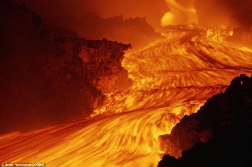 火山喷发时奔涌的岩浆。