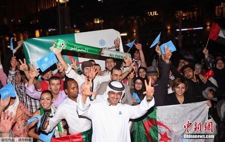 迪拜民众在街头庆祝获得世博会主办权