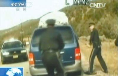 3费雷尔再次上车,警察拿警棍砸车窗。
