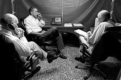 美国媒体近期公布的一张奥巴马在特制帐篷内通话的照片。