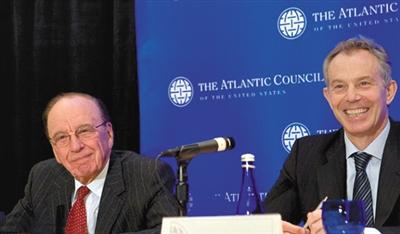 2008年,布莱尔与默多克在美国参加一国际会议。