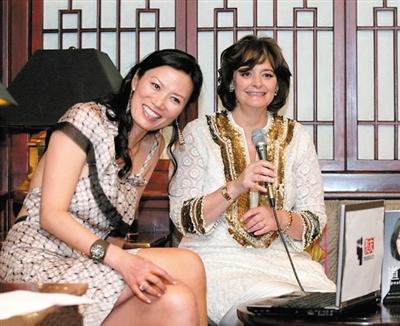 英国《每日邮报》刊发了一张邓文迪曾帮助布莱尔夫人在中国推销其自传的图片。