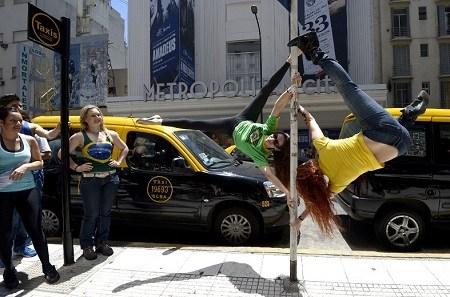 来自巴西的参赛者在街头表演双人钢管舞