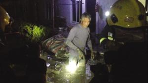 消防官兵把大伯救出工地时,泥浆已没过大腿。