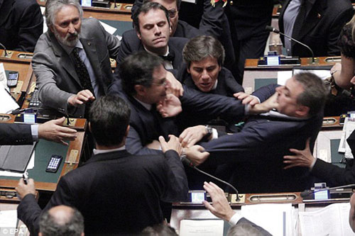 """盘点外国议会上议员""""肉搏战"""":掐脖掏枪(图)"""